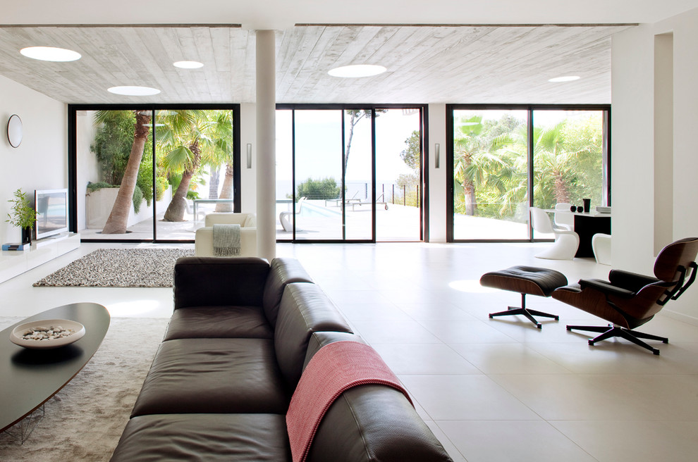 Lounging Chairs Family Room Contemporary with Architecture Contemporaine Beige Area Rug Bord De Mer Brown Leather Sofa Canap